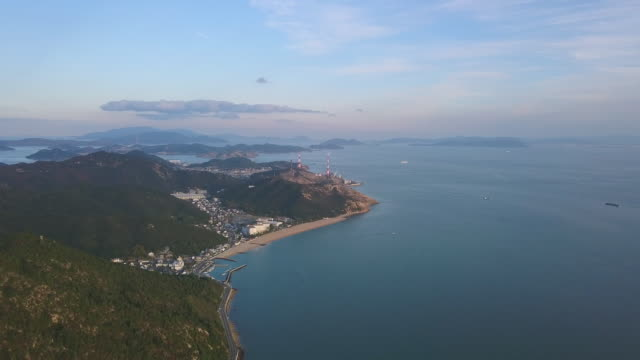 vidéos et rushes de petits villages et des usines sur le littoral japonais - océan pacifique