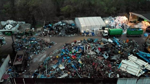 夜間の廃棄物処理の小ダンプ - ダンプカー点の映像素材/bロール