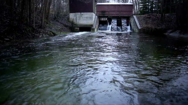 stockvideo's en b-roll-footage met small water power station - waterkracht