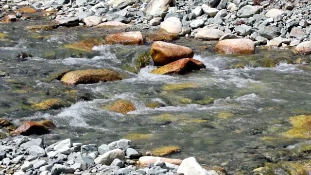 Kleiner Wasserfall in einem kleinen Bach in Ladakh, Nord-Indien