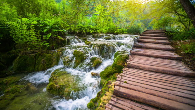 steadycam: kleiner wasserfall in warmes sonnenlicht in lake nationalpark plitvice - super-slow-motion - spring flowing water stock-videos und b-roll-filmmaterial