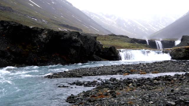 litet vattenfall på fjärrplats i island - remote location bildbanksvideor och videomaterial från bakom kulisserna