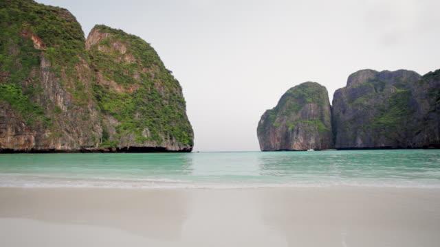 ws, la small waves roll into the almost enclosed beach of maya bay on koh phi phi leh (or koy phi phi leh) - クラビ県点の映像素材/bロール