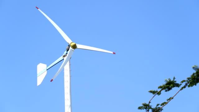 vidéos et rushes de petites éoliennes générant le ciel bleu d'agent d'électricité - de petite taille