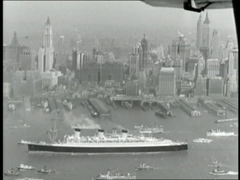 smaller boats surround the rms queen mary on the hudson river during her maiden voyage - 1936年点の映像素材/bロール