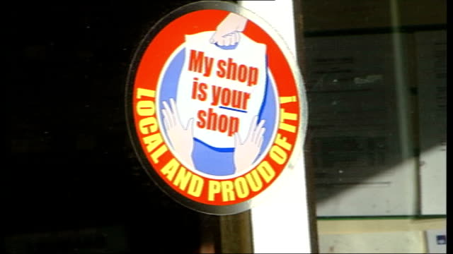vídeos de stock e filmes b-roll de smaller high street shops threatened by major chains; england: london: westminster: ext jim dowd mp chatting to eddo jim dowd mp interview sot - want... - cadeia de lojas