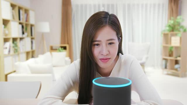 stockvideo's en b-roll-footage met smart ai-luidsprekerconcept - control