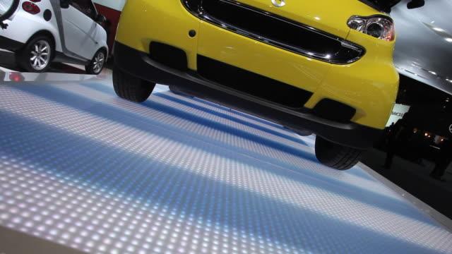 vídeos de stock, filmes e b-roll de cu tu smart car on display at 2010 detroit auto show / detroit, michigan, usa - smart