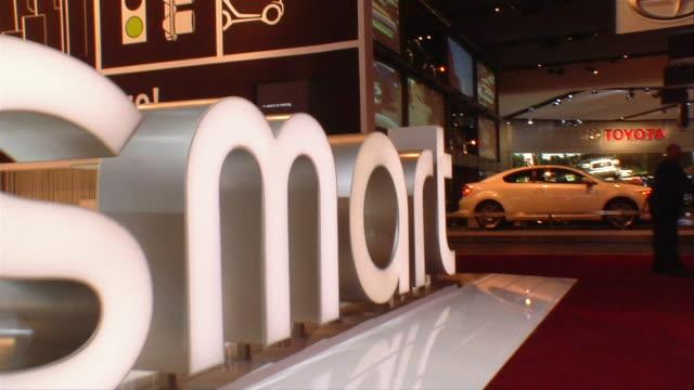cu, ds, smart car sign on car display, north american international auto show, detroit - 英字点の映像素材/bロール