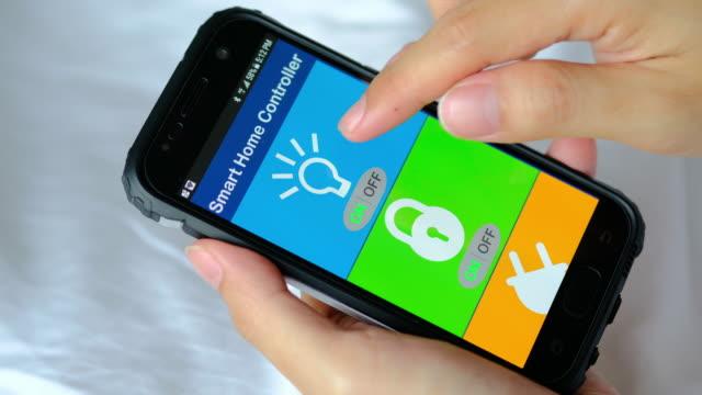 スマート ホーム オートメーション、スマート フォンでスマート ホーム アプリ - 監視点の映像素材/bロール
