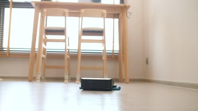 vídeos y material grabado en eventos de stock de smart home ,robot borrar automatización en el hogar - piso de edificio