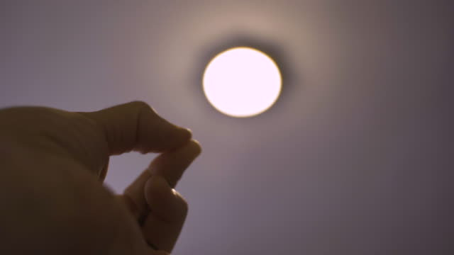 スマートホーム。led電球ランプ、天井ランプをオンにします。 - 発光ダイオード点の映像素材/bロール