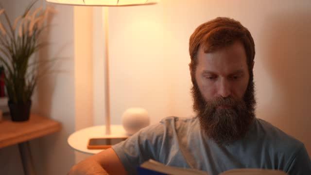 vídeos de stock e filmes b-roll de smart home - electric lamp