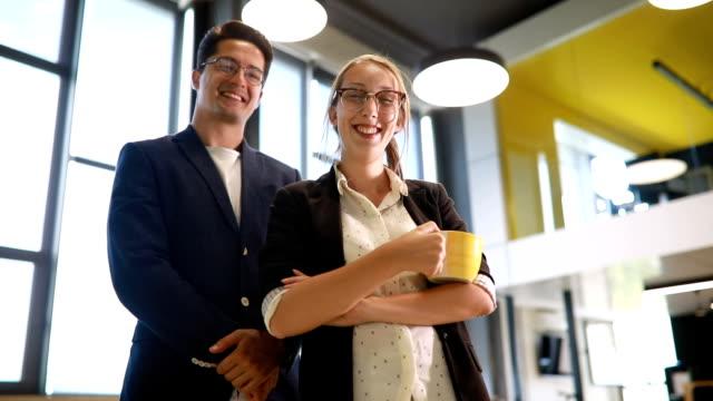 Smart aussehende Geschäftsleute in ihrem Büro