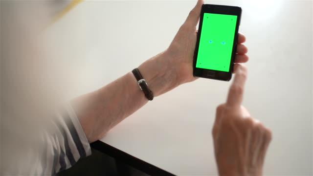 vídeos y material grabado en eventos de stock de seguimiento clave de croma de teléfono inteligente - mujeres mayores