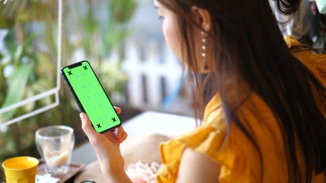 vidéos et rushes de clé de téléphone intelligent chroma - modèle réduit