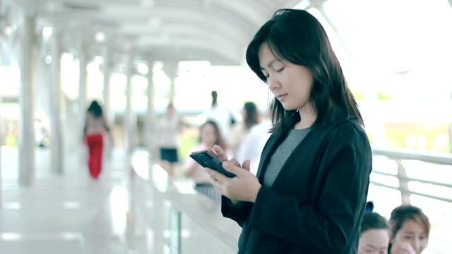 vidéos et rushes de téléphone intelligent pour les voyageurs d'affaires, en thaïlande - costume complet