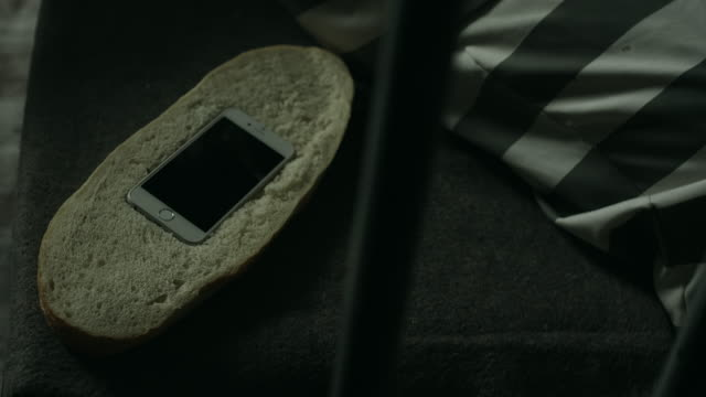 smartphone-hiden in brot - gefangener stock-videos und b-roll-filmmaterial