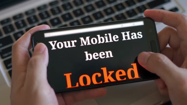 vídeos de stock, filmes e b-roll de smart phone bloqueado por ransomware - vírus de computador