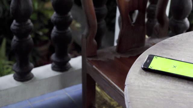 4 k: テーブルのスマート フォン。 - テーブル点の映像素材/bロール