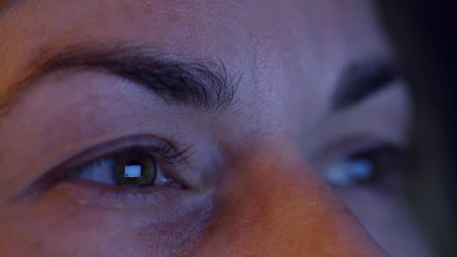 vídeos de stock, filmes e b-roll de telefone inteligente cu reflectido nos olhos da mulher - só uma mulher de idade mediana
