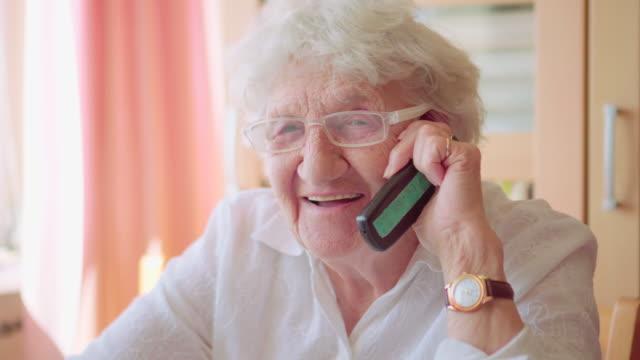 stockvideo's en b-roll-footage met slimme telefoon senior - grootmoeder