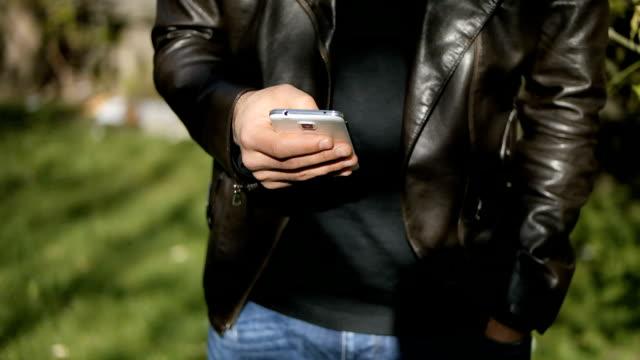 vídeos de stock, filmes e b-roll de smart telefone - questão social
