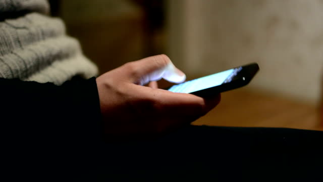 スマートフォン - 手に持つ点の映像素材/bロール