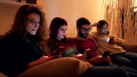 smarta telefoner missbruk - kommunikationsproblem bildbanksvideor och videomaterial från bakom kulisserna
