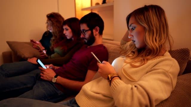 vidéos et rushes de dépendance de téléphones intelligents - personne sereine