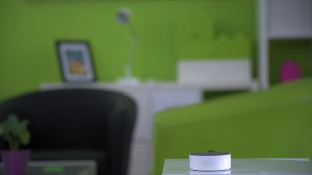 vídeos y material grabado en eventos de stock de smart technology turns lights off - ayudante