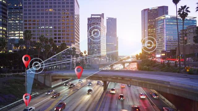 intelligenter transport in der modernen stadt - wegweiser stock-videos und b-roll-filmmaterial