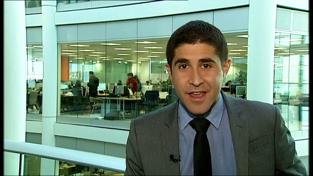 'smart tv' industry; england: yong people looking at apple laptop computers and macbook air computer in apple store london: gir: reporter to camera... - gafam stock-videos und b-roll-filmmaterial