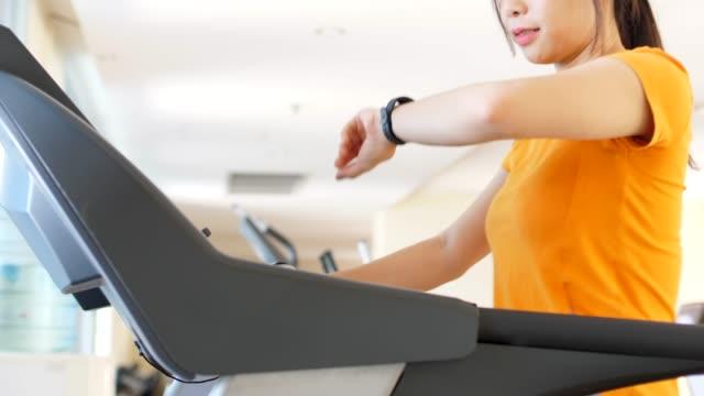 smart watch herzfrequenztraining - trainingsraum wohnraum stock-videos und b-roll-filmmaterial