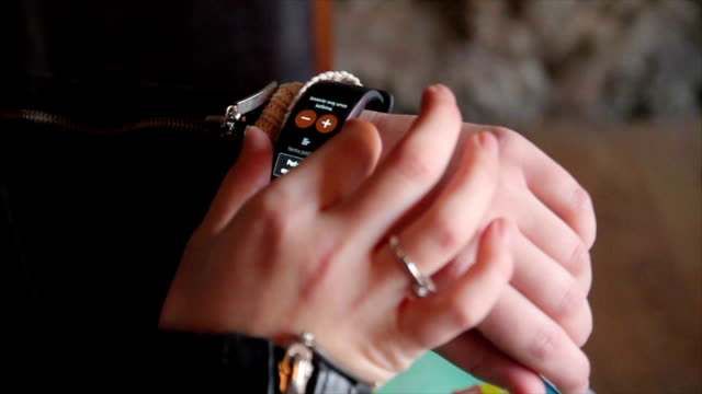 vídeos de stock e filmes b-roll de smart watch on woman's hand,close up-b roll - relógio de pulso