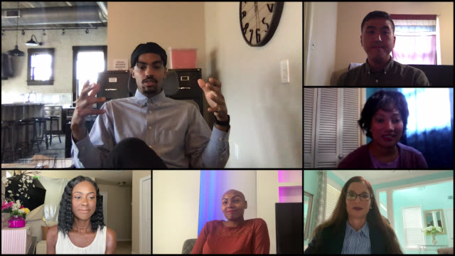 vidéos et rushes de smart young man starts off discussion during video conference call (audio) - s'adapter