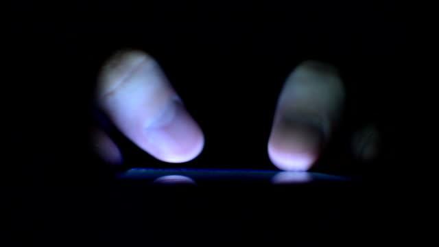 Smartphone und Daumen