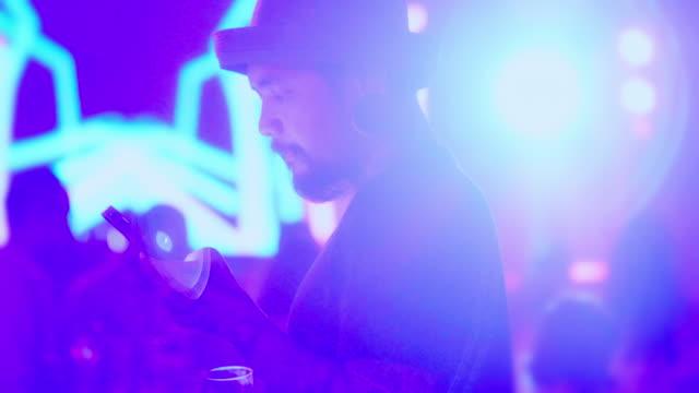 vídeos y material grabado en eventos de stock de smartphone en un concierto de música - auditorio