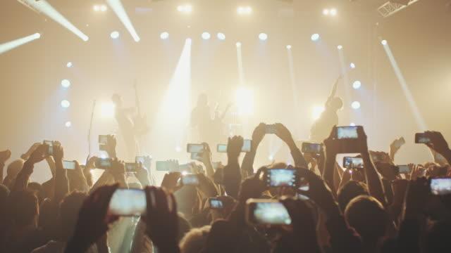 vídeos de stock, filmes e b-roll de smartphone em concerto - música rock