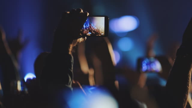 vídeos de stock e filmes b-roll de smartphone at concert - festival de música