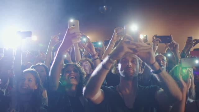 vídeos de stock, filmes e b-roll de smartphone em concerto - flash técnica de iluminação