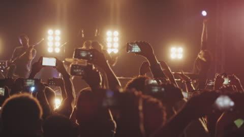smartphone på konsert - filma bildbanksvideor och videomaterial från bakom kulisserna