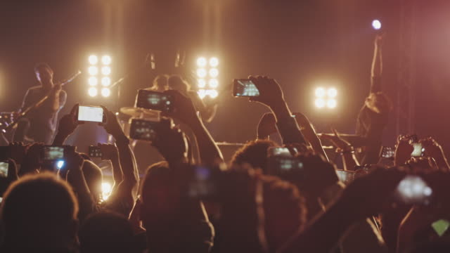 smartphone at concert - spettatore video stock e b–roll