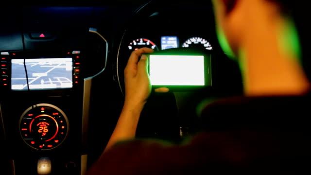 smartphone green screen dolly slider in car - mobilità video stock e b–roll