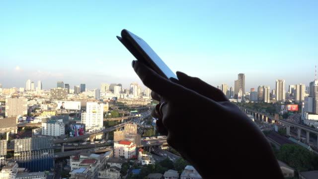 smartphone in mano - tecnologia assistiva video stock e b–roll
