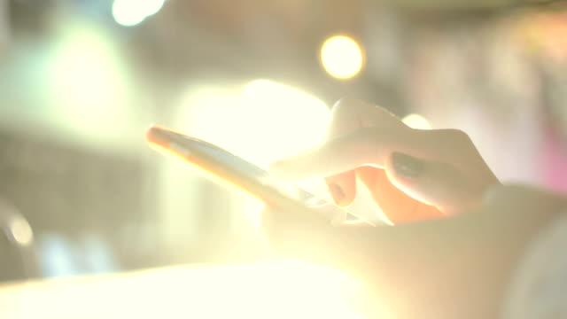vídeos de stock, filmes e b-roll de smartphone da manhã - send