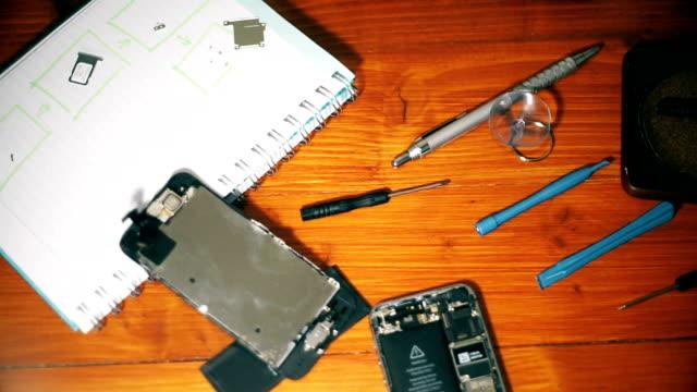 verktyg för reparation och fastställande trasiga smartphone smartphone delar. - trasig bildbanksvideor och videomaterial från bakom kulisserna