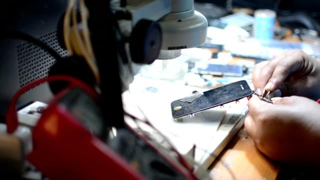 smartphone repariring - reparieren stock-videos und b-roll-filmmaterial