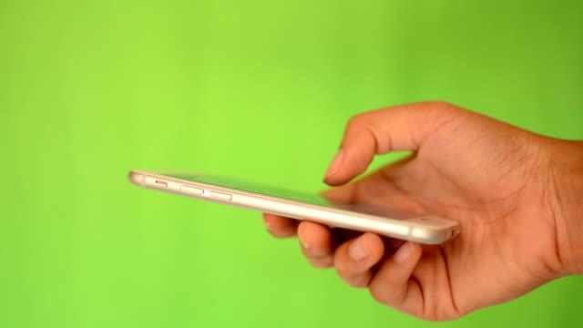 stockvideo's en b-roll-footage met smartphone touchscreen op groen scherm - wit scherm
