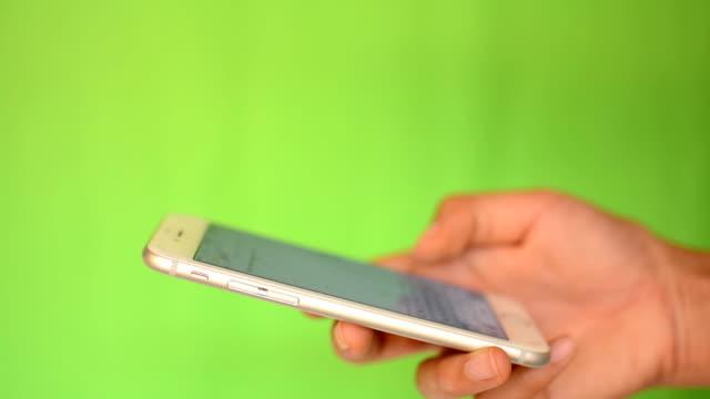 緑色の画面でスマートフォンタッチスクリーン - 空白の画面点の映像素材/bロール